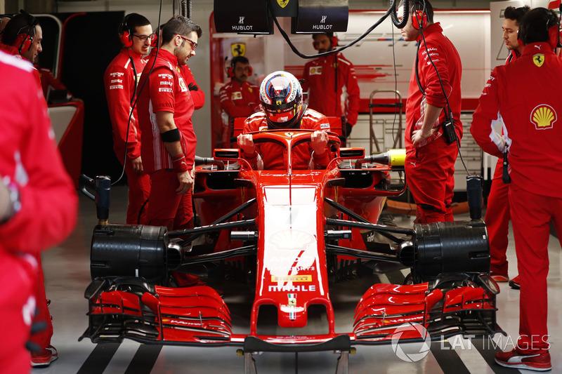Kimi Raikkonen, Ferrari, s'installe dans son cockpit