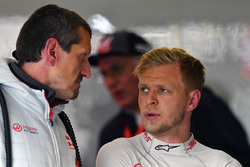 Guenther Steiner, Haas F1 Team Principal, Kevin Magnussen, Haas F1