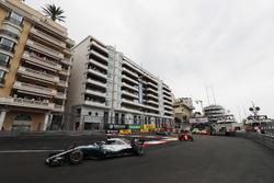 Lewis Hamilton, Mercedes AMG F1 W09, devant Sebastian Vettel, Ferrari SF71H et Valtteri Bottas, Mercedes AMG F1 W09