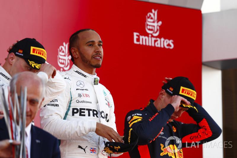 Lewis Hamilton, Mercedes AMG F1, festeggia la vittoria sul podio con Valtteri Bottas, Mercedes AMG F1 e Max Verstappen, Red Bull Racing