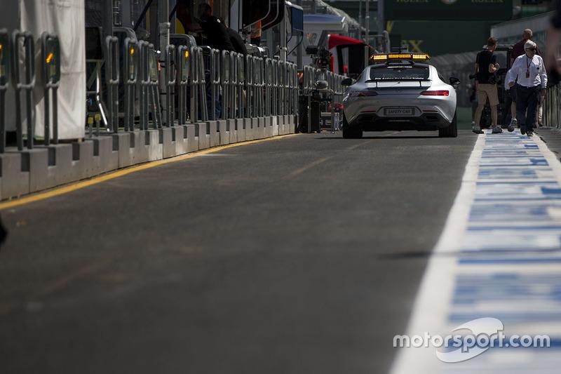 De FIA Safety Car verlaat de pitstraat