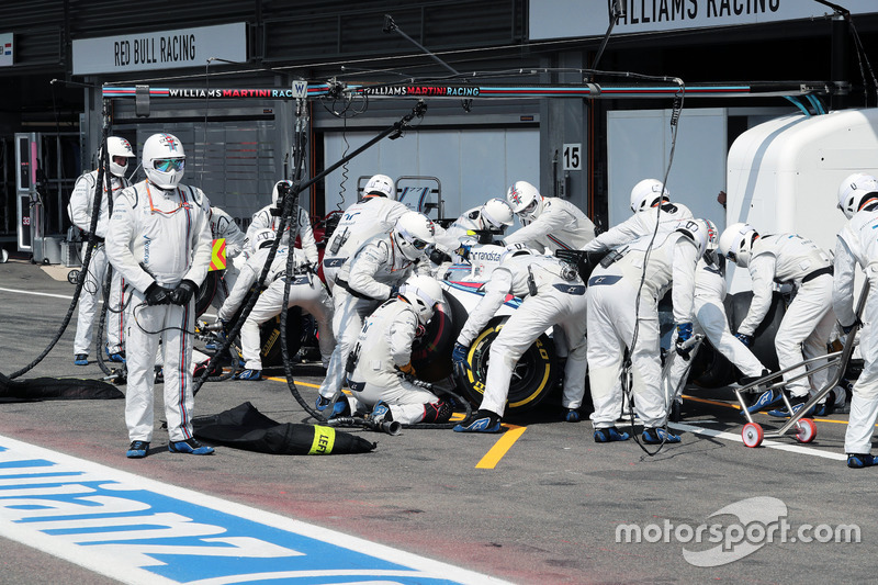 Valtteri Bottas, Williams FW38 makes a pit stop fa un pit stop