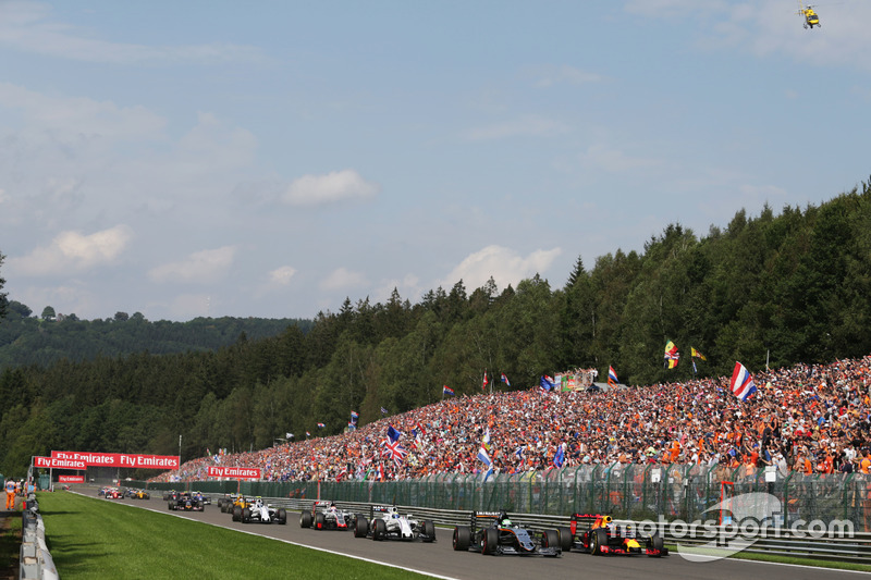 Nico Hulkenberg, Sahara Force India F1 VJM09 e Daniel Ricciardo, Red Bull Racing RB12 lottano per la posizione alla partenza della gara