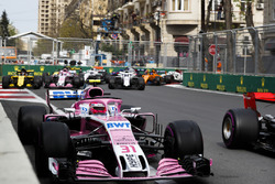 Esteban Ocon, Force India VJM11 Mercedes, Carlos Sainz Jr., Renault Sport F1 Team R.S. 18, Sergio Perez, Force India VJM11 Mercedes, Sergey Sirotkin, Williams FW41 Mercedes, and the remainder of the field at the start