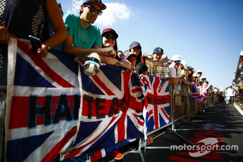 Des fans agitent un drapeau en soutien à Lewis Hamilton, Mercedes AMG F1
