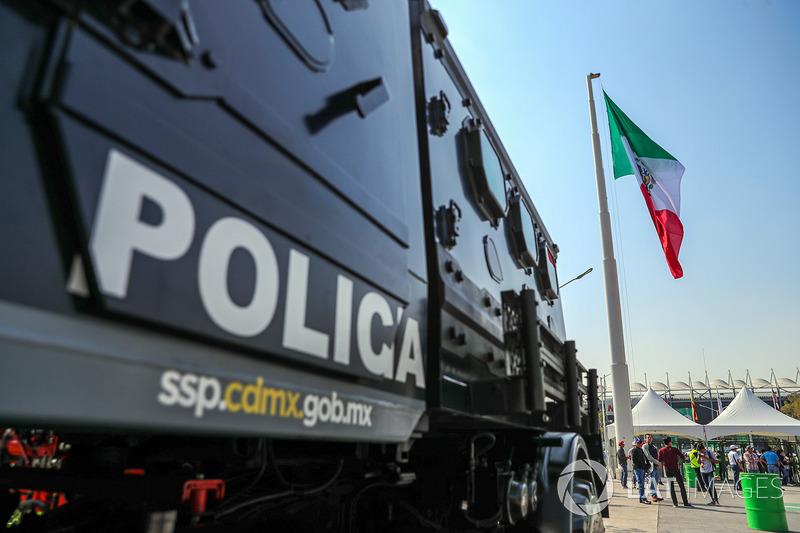 Polícia y la bandera mexicana