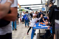 Un jeune fan lors de la séance d'autographes