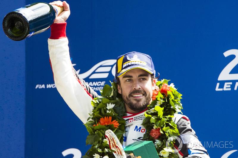 Podio assoluto: il vincitore Fernando Alonso, Toyota Gazoo Racing