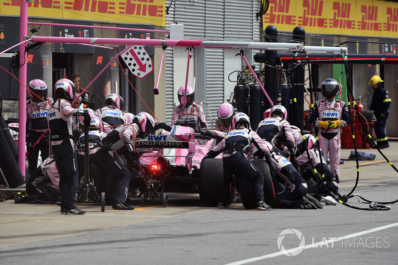 Sergio Perez, Force India VJM11, pit stop