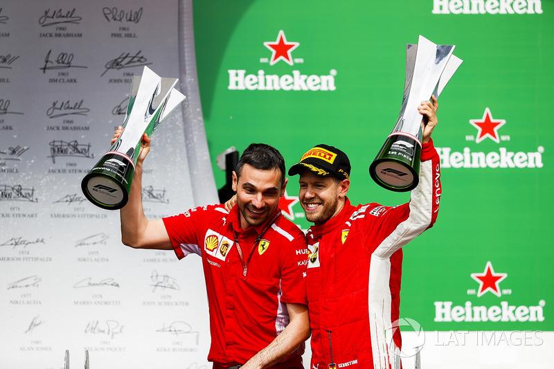 Nicola Bariselli, ingeniero de carrera de Ferrari, y Sebastian Vettel, Ferrari, celebran la victoria en Canadá