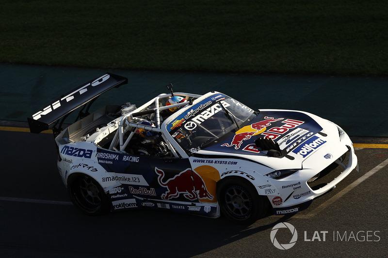 """Mad Mike"" Michael Whiddett, Mazda RX7 ve yolcusu Daniel Ricciardo, Red Bull Racing"