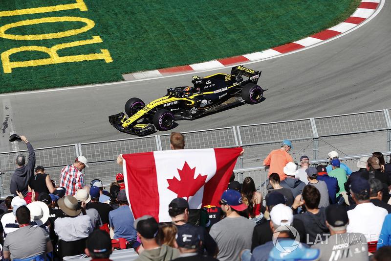 Carlos Sainz Jr., Renault Sport F1 Team, transita davanti ai tifosi, incluso uno con una bandiera canadese