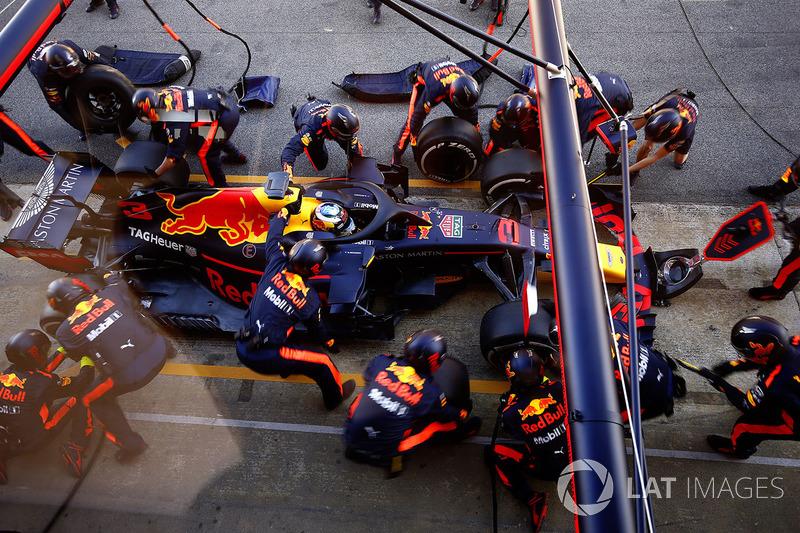 Daniel Ricciardo, Red Bull Racing RB14, pit stop