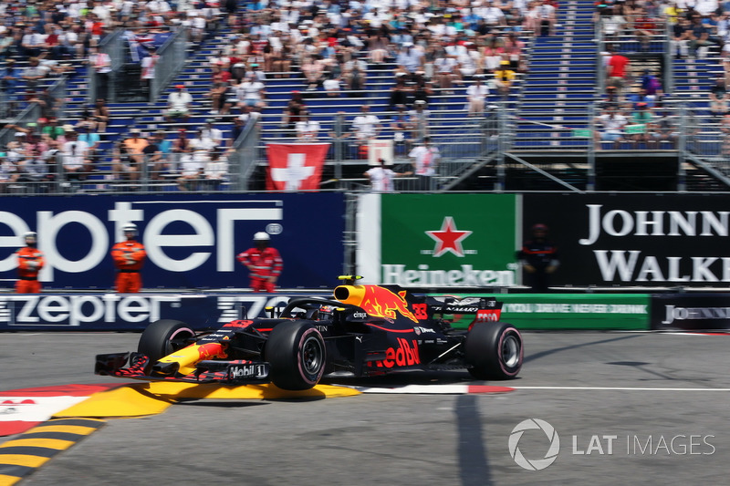 Max Verstappen, Red Bull Racing RB14, va a sbattere contro le barriere
