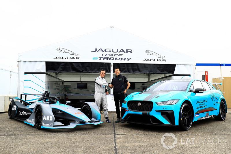 Alejandro Agag, CEO de Formula E, con James Barclay, Director del equipo, Jaguar Racing, el automóvil Gen2 Formula E, el Jaguar iPace eTrophy car