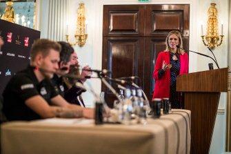 La présentatrice Nicki Shields parle avec Kevin Magnussen, Haas F1 Team, Günther Steiner, Team Principal, Haas F1 et William Storey, PDG Rich Energy lors de la conférence de presse
