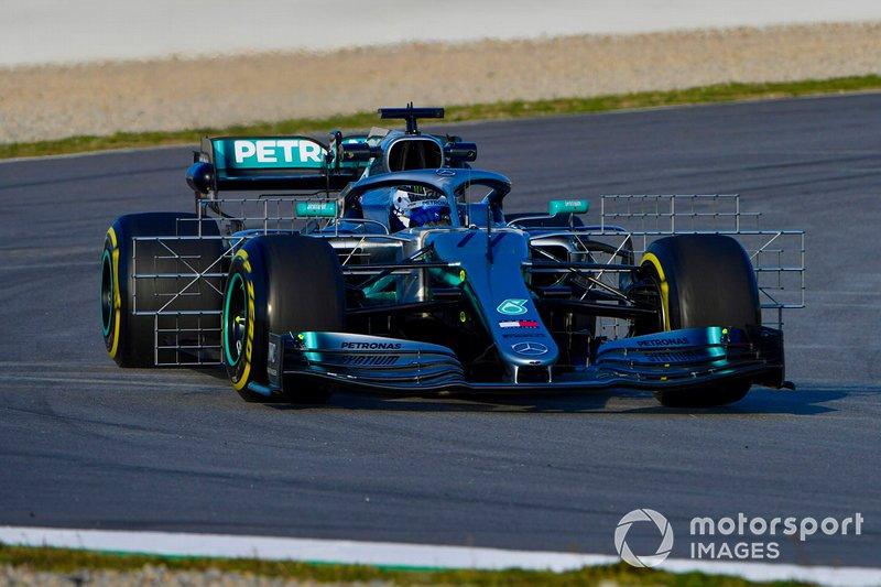Mercedes AMG F1 W10, ruhaszárító a kerekek mögött
