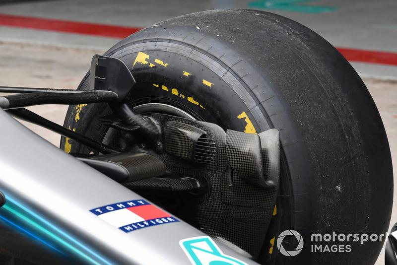 Beragam sirip dan winglet terpasang di sekitar suspensi dan pipa pendingin rem Mercedes W09.