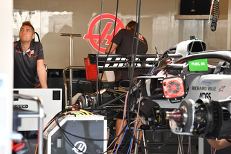 Haas F1 Team VF-18, nel garage