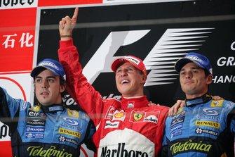 Подіум: друге місце Фернандо Алонсо, Renault F1 Team, переможець перегонів Міхаель Шумахер, Ferrari, третє місце Джанкарло Фісікелла, Renault F1 Team