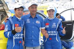 车手邓晓文、领航谢思雯与车队老板许新合影