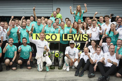 Race winner Nico Rosberg, Mercedes AMG F1 and Lewis Hamilton, Mercedes AMG F1 Team celebrates with t