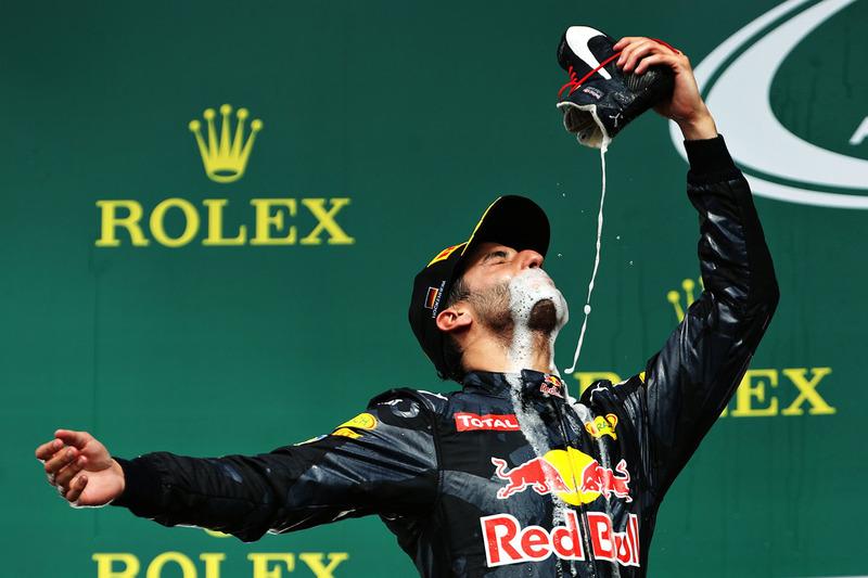 3. Podio: Daniel Ricciardo, Red Bull Racing celebra su segunda posición bebiendo champán de sus bota