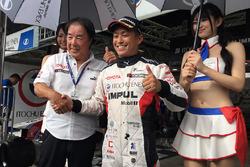 Обладатель поул-позиции Юхи Секигучи, Team Impul вместе с директором команды Team Impul Кадзуёси Хосино