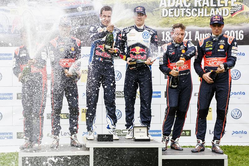 Podio: i vincitori Sébastien Ogier, Julien Ingrassia, Volkswagen Motorsport, al secondo posto Daniel