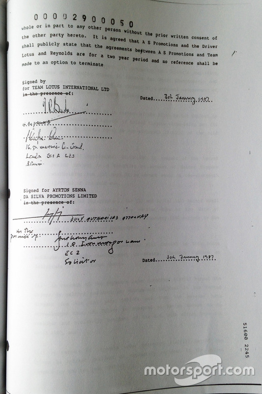 Signature du contrat d'Ayrton Senna avec Lotus