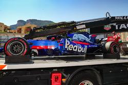 La voiture de Daniil Kvyat, Scuderia Toro Rosso STR12, est bâchée après son abandon