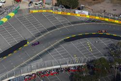 Daniil Kvyat, Scuderia Toro Rosso STR12 y Fernando Alonso, McLaren MCL32