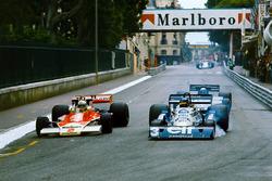 Jochen Mass, McLaren M23 Ford, überholt Ronnie Peterson, Tyrrell P34 Ford, mit Mario Andretti, Lotus 78 Ford