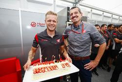 Kevin Magnussen, Haas F1 Team, reçoit un gateau d'anniversaire de la part de Guenther Steiner, Team Principal, Haas F1 Team