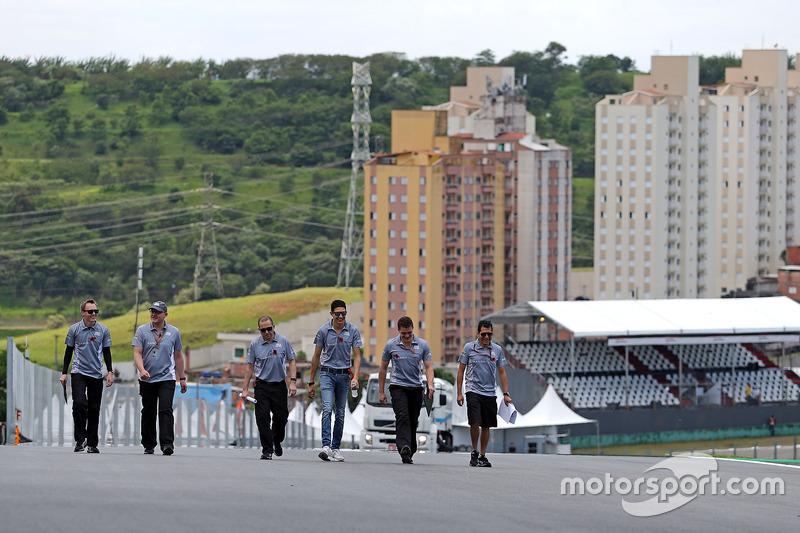 Esteban Ocon, Manor Racing walks the circuit with the team