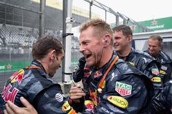Члены команды Red Bull Racing празднуют третье место Макса Ферстаппена