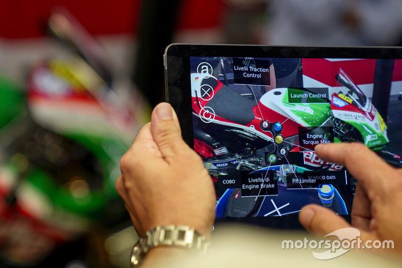 Шолом AR із дистанційним керуванням механіків Aprilia Racing Team Gresini
