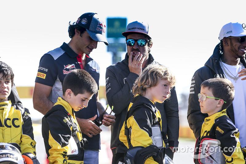 Carlos Sainz Jr., Scuderia Toro Rosso, Fernando Alonso, McLaren, Lewis Hamilton, Mercedes AMG F1, some junior Kart racers