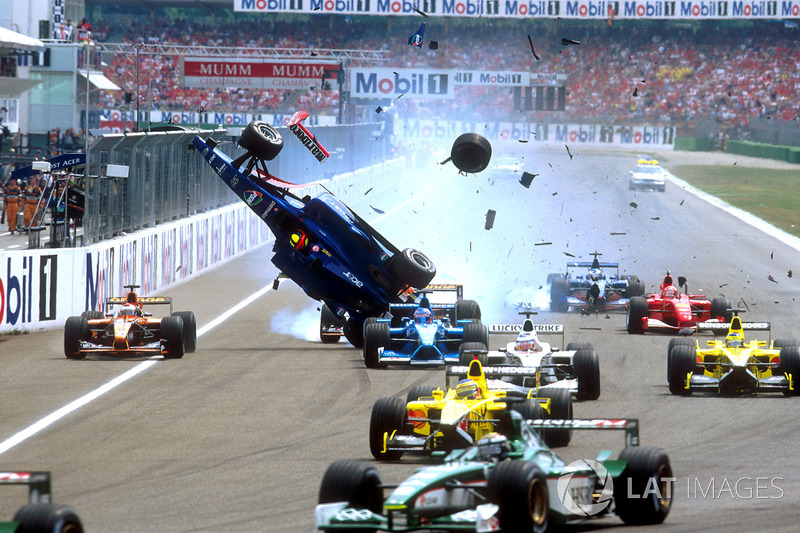 Luciano Burti, Prost AP04, después de chocar contra la parte trasera del Ferrari de Michael Schumacher
