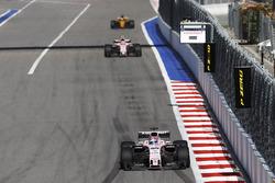 Серхио Перес, Sahara Force India F1 VJM10, и Эстебан Окон, Sahara Force India F1 VJM10, Нико Хюлькенберг, Renault Sport F1 RS17