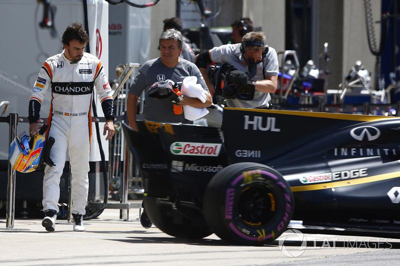 Нико Хюлькенберг, Renault Sport F1 RS17, и Фернандо Алонсо, McLaren