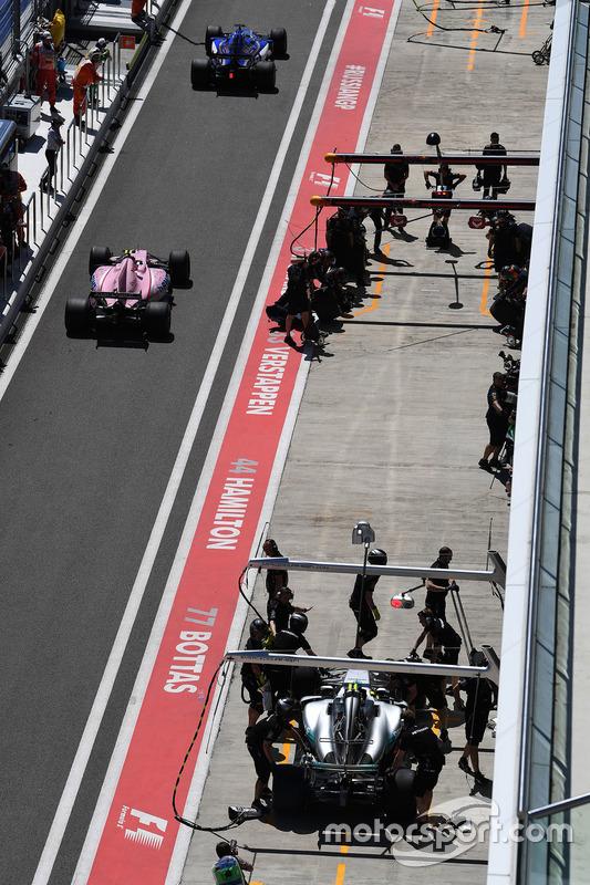 Valtteri Bottas, Mercedes AMG F1 W08 and Esteban Ocon, Sahara Force India F1 VJM10