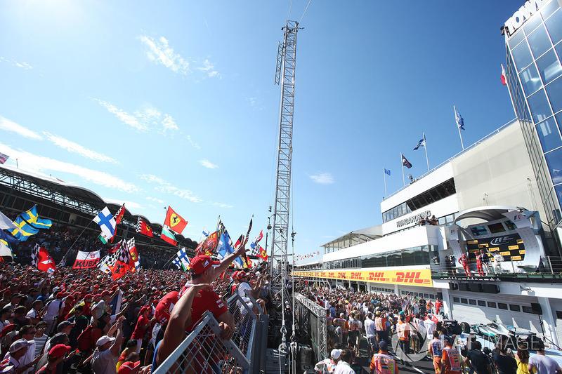 Fanáticos de Sebastian Vettel, ganador de la carrera Ferrari, segundo lugar de Kimi Raikkonen, Ferrari, tercer lugar Valtteri Bottas, Mercedes AMG F1, en el podio