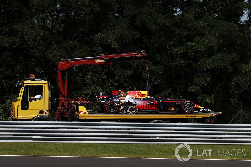 Red Bull Racing RB13 Даніеля Ріккардо везуть у бокси на вантажівці