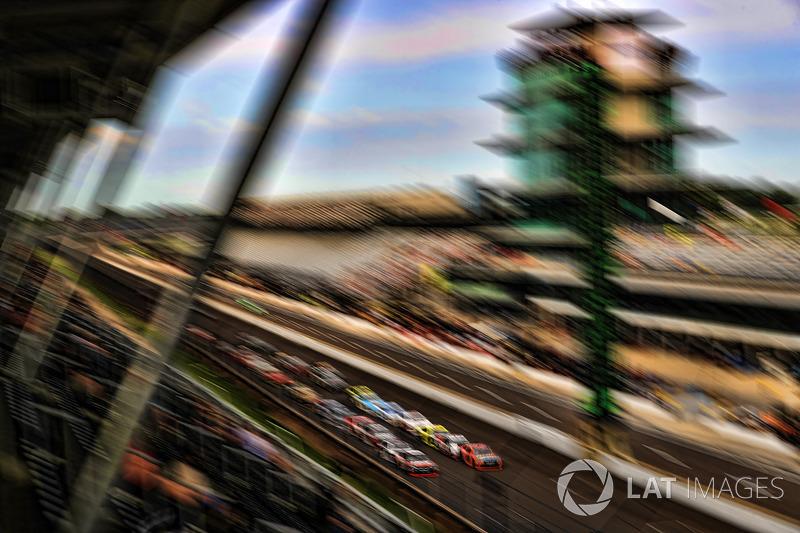 Kyle Busch, Joe Gibbs Racing Toyota Erik Jones, Joe Gibbs Racing Toyota reinicio