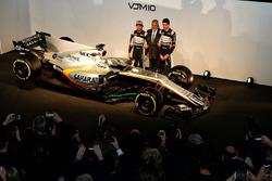 Sergio Pérez, Sahara Force India F1; El Dr. Vijay Mallya, dueño de Sahara Force India F1; Esteban Ocon, Sahara Force India F1 Team, con el Sahara Force India F1 VJM10