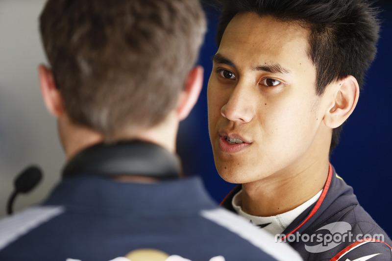 Sean Gelael, Scuderia Toro Rosso, in the garage