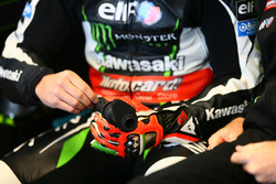 La mano infortunata di Tom Sykes, Kawasaki Racing con la manopola del gas