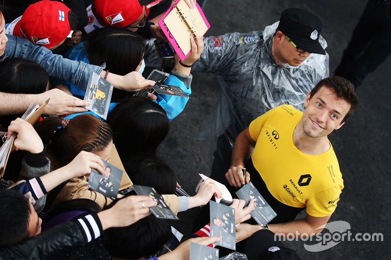 Jolyon Palmer, Renault Sport F1 Team, schreibt Autogramme