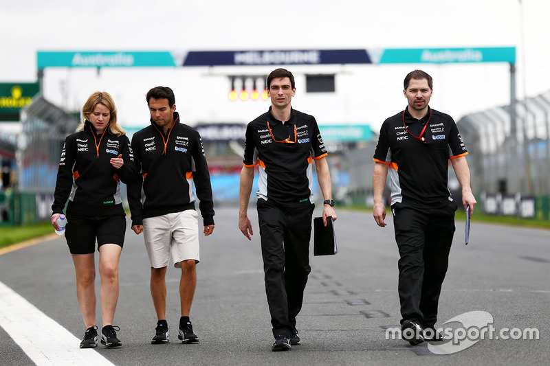 Trackwalk: Sergio Perez, Sahara Force India F1 Team, mit seinen Ingenieuren Bernadette Collins und Tim Wright
